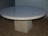 Table ronde en pierre de la Sine polie